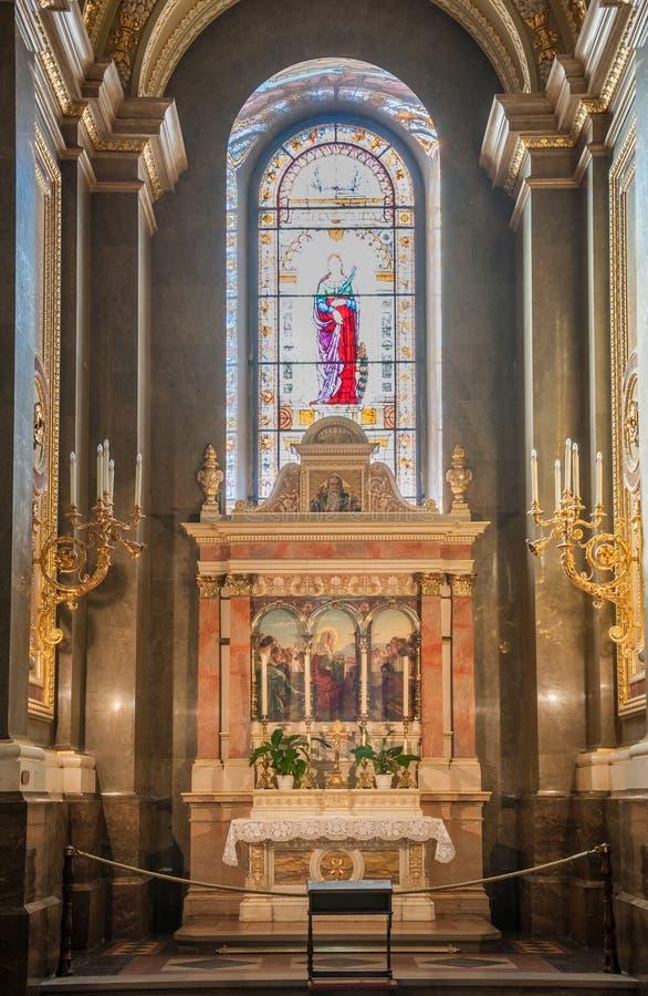 Interior da basílica do ` s de St Stephen da igreja católica romana Budapest, Hungria fotos de stock royalty free