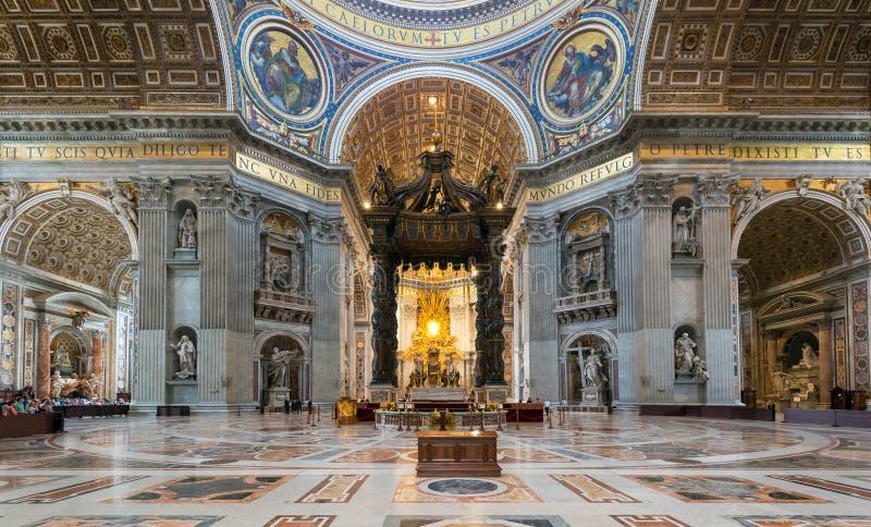 Interior da basílica do St Peter em Roma foto de stock