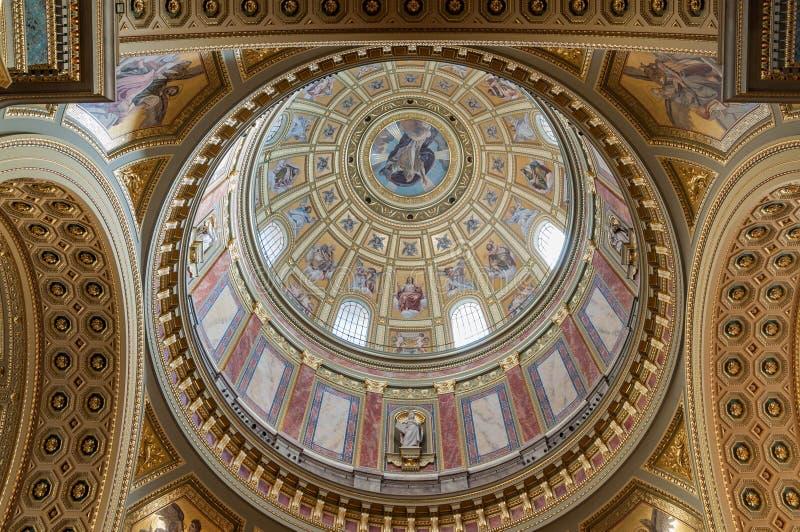 Interior da cúpula na basílica do ` s de St Stephen da igreja católica romana em Budapest imagens de stock royalty free