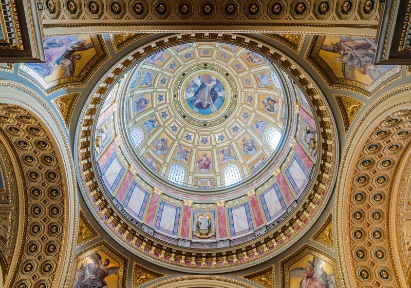 Interior da cúpula na basílica do St Stephen da igreja católica romana em Budapest fotos de stock