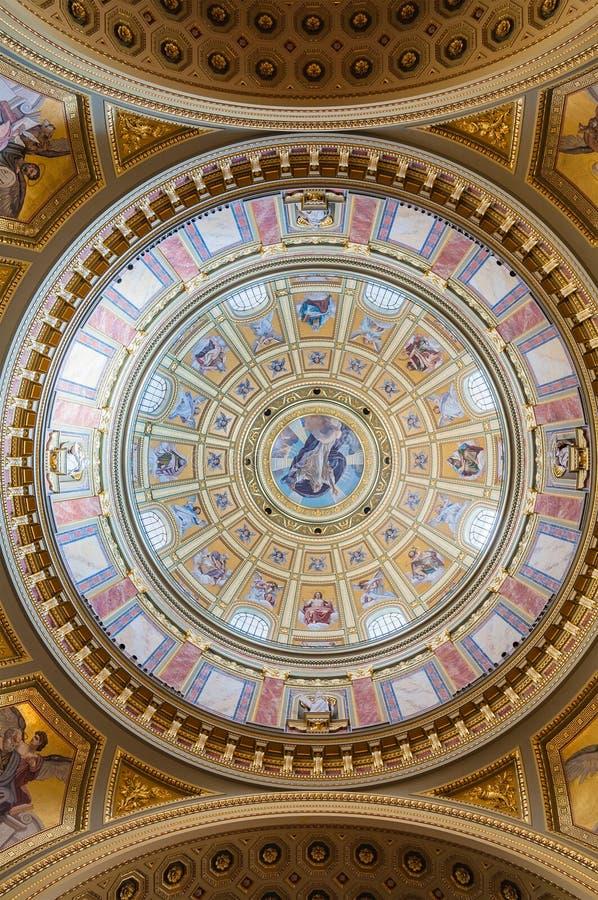 Interior da cúpula na basílica do St Stephen da igreja católica romana em Budapest fotografia de stock