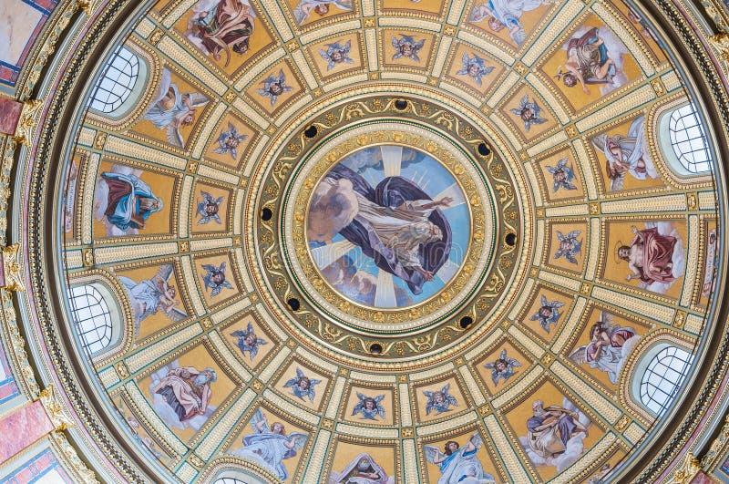 Interior da cúpula na basílica do St Stephen da igreja católica romana em Budapest imagens de stock royalty free