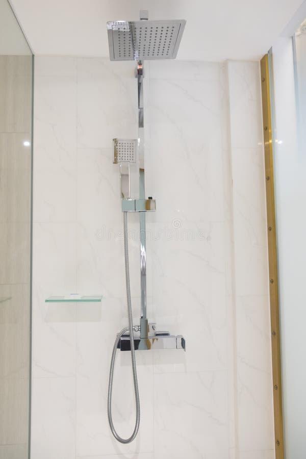 Interior da cabeça de chuveiro moderna no banheiro fotos de stock royalty free