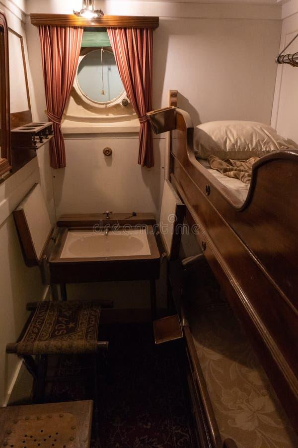 Interior da cabine de uma embarcação de navigação velha do passageiro foto de stock royalty free