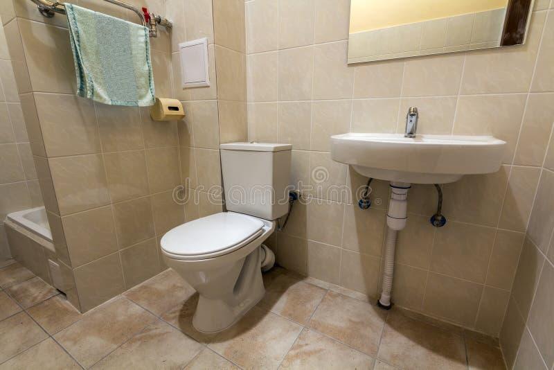 Interior da cabine vazia espaçoso simples do equipamento, do dissipador, do toalete e do chuveiro do banheiro no fundo do espaço  imagens de stock