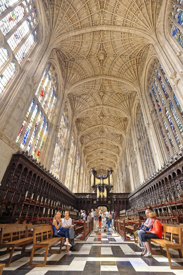 Interior da capela do Kings College, Cambridge Visita dos turistas fotografia de stock
