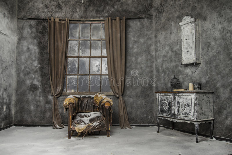 Interior da casa abandonada velha foto de stock royalty free