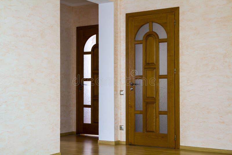 Interior da casa cara moderna do apartamento com porta de madeira fotos de stock royalty free