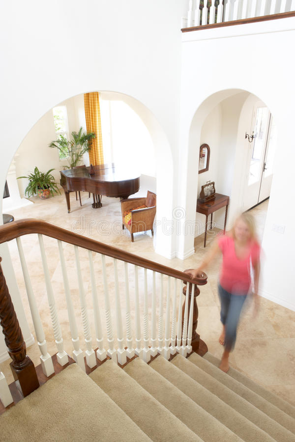 Interior da casa com escadaria imagem de stock