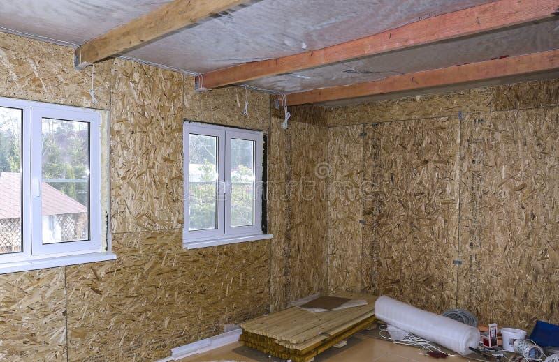 Interior da casa de quadro sob a construção foto de stock