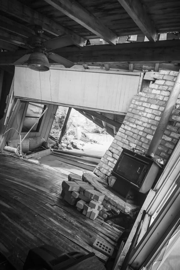 Interior da casa destruída inundação fotos de stock