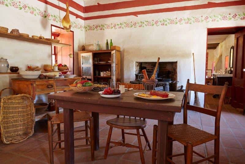 Interior da casa espanhola ou mexicana tradicional, San Diego imagens de stock royalty free