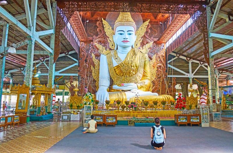 Interior da casa da imagem da Buda de Ngar Htat Gyi, Yangon, Myanmar fotografia de stock