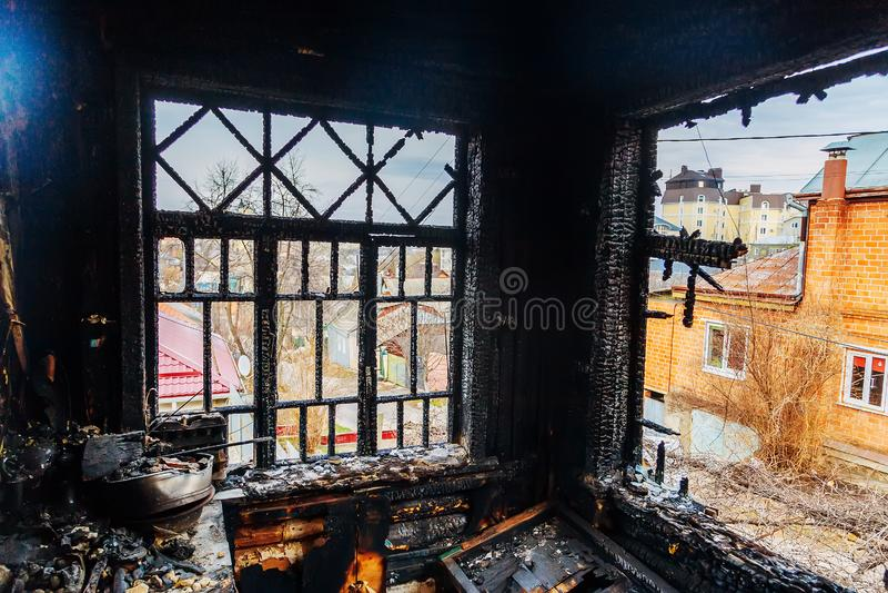 Interior da casa queimada cozinha queimada, restos de móveis em fuligem negra fotografia de stock