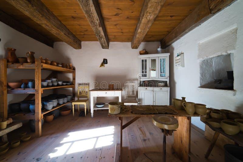 Interior da casa rural velha no século de XIXth do Polônia - a cerâmica trabalha fotografia de stock royalty free