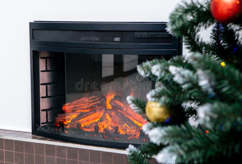 Interior da casa da sala de visitas com a árvore decorada da chaminé e de Natal imagens de stock