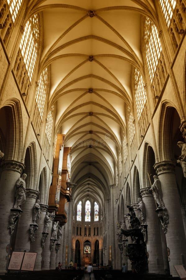 Interior da catedral de Bruxelas em Bélgica fotos de stock