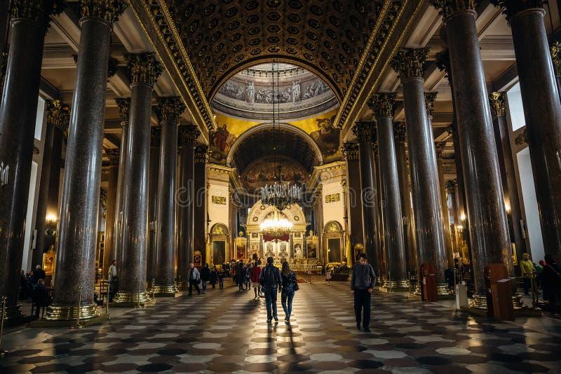 Interior da catedral de Kazan com povos A catedral de Kazan é uma das igrejas as maiores em St Petersburg fotos de stock royalty free