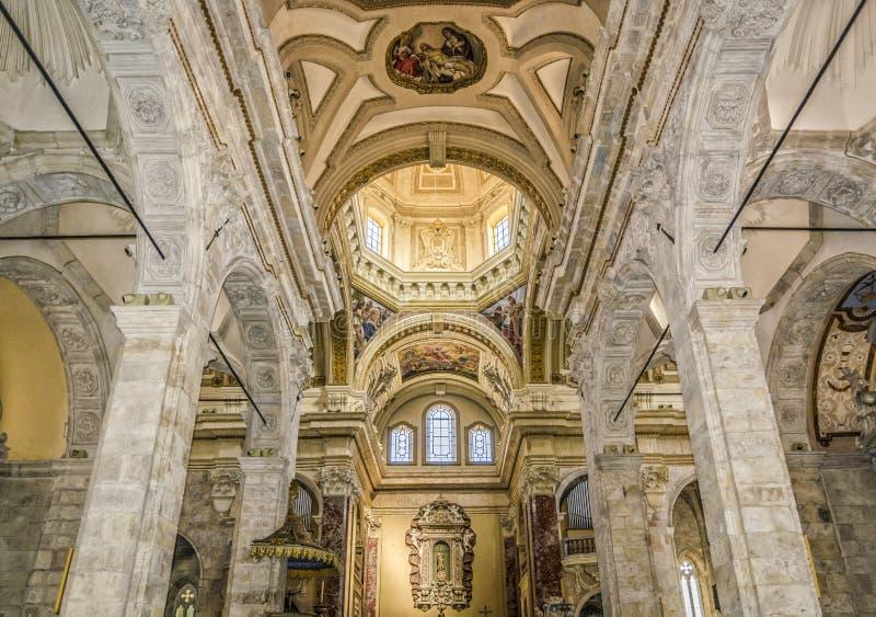 Interior da catedral de Santa Maria de Cagliari imagens de stock royalty free