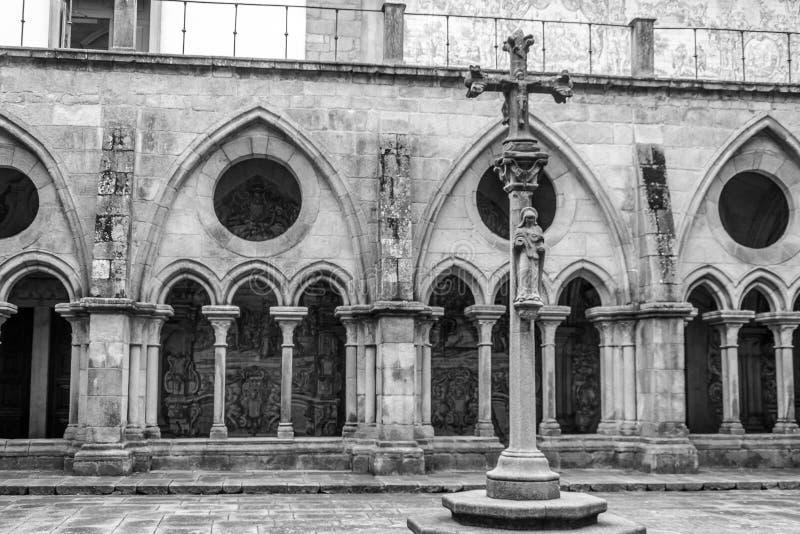 Interior da catedral do SE na cidade de Porto em Portugal fotografia de stock