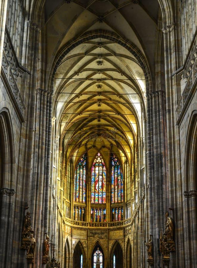 Interior da catedral do St Vitus em Praga imagem de stock