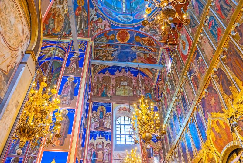 Interior da catedral da natividade no Kremlin de Suzdal