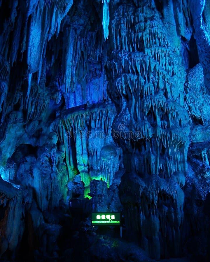 interior da caverna com luz azul imagens de stock royalty free