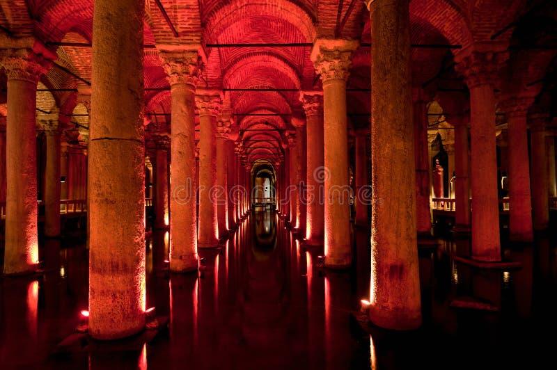 Interior da cisterna da basílica em Istambul imagem de stock royalty free