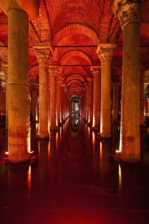 Interior da cisterna da basílica em Istambul fotos de stock