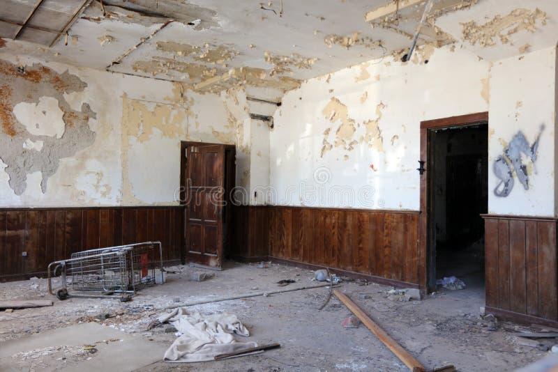 Interior da construção abandonada arruinada em Detroit foto de stock