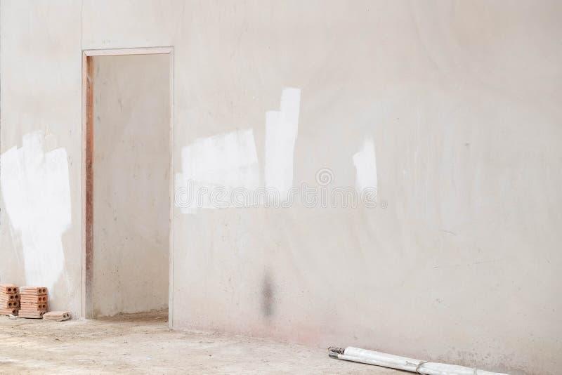 Interior da construção com a escadaria concreta no terreno de construção, casa nova foto de stock