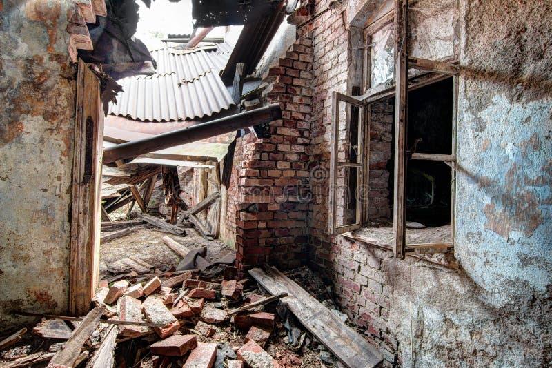 Interior da construção velha, abandonada e de desintegração foto de stock
