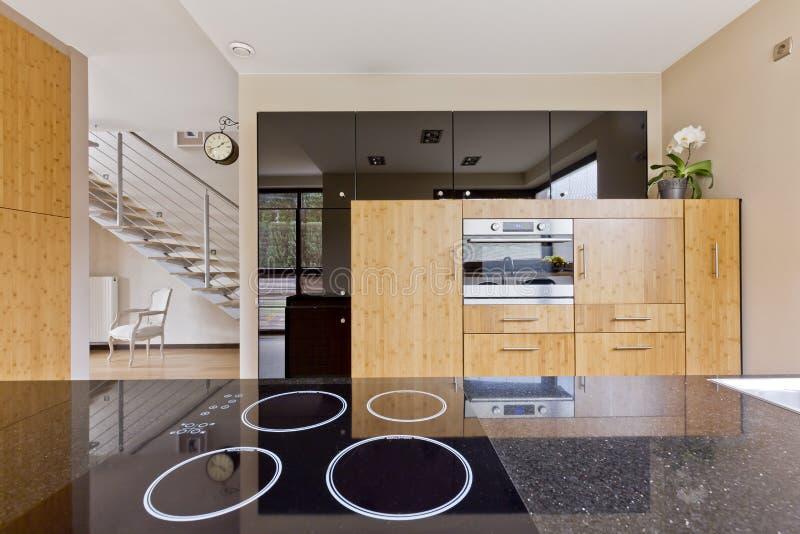 Interior da cozinha aberto à escadaria imagem de stock royalty free