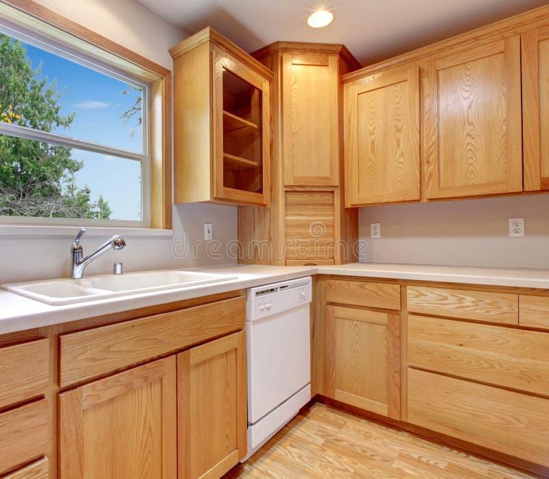 Armario Embaixo Janela : Interior da cozinha com arm?rios o assoalho de folhosa e