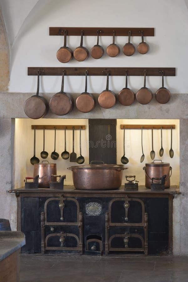 Interior da cozinha com kitchenware do vintage fotos de stock royalty free