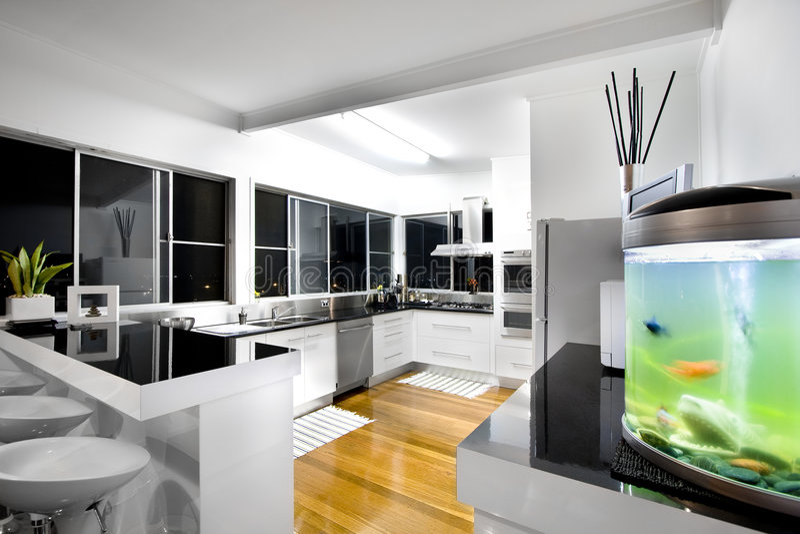 Interior da cozinha com opiniões da cidade imagens de stock royalty free