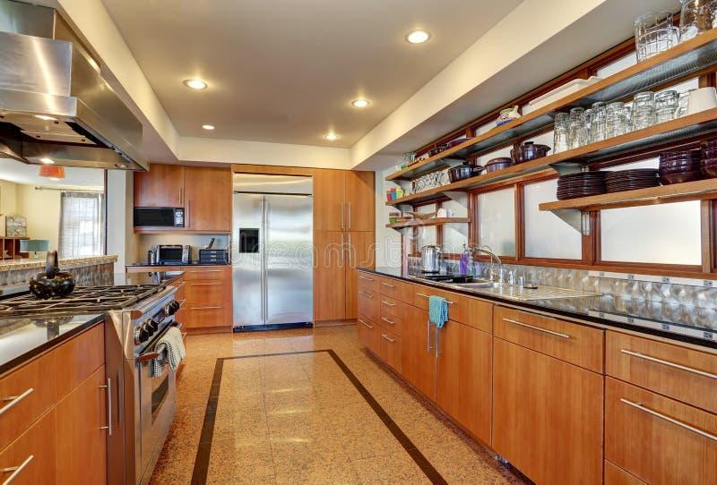 Interior da cozinha com os armários e as prateleiras de madeira longos fotos de stock royalty free