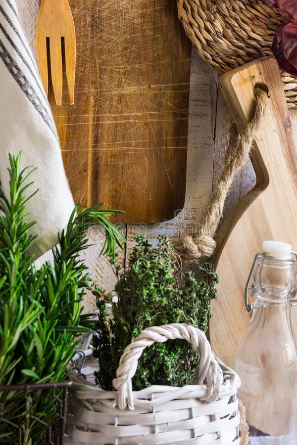 Interior da cozinha do estilo de Provence, parede de madeira branca, placa de corte, utensílios, pousa-copos do rattan, toalha de fotos de stock royalty free
