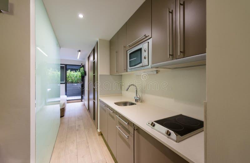 Interior da cozinha em um apartamento pequeno do hotel fotos de stock royalty free