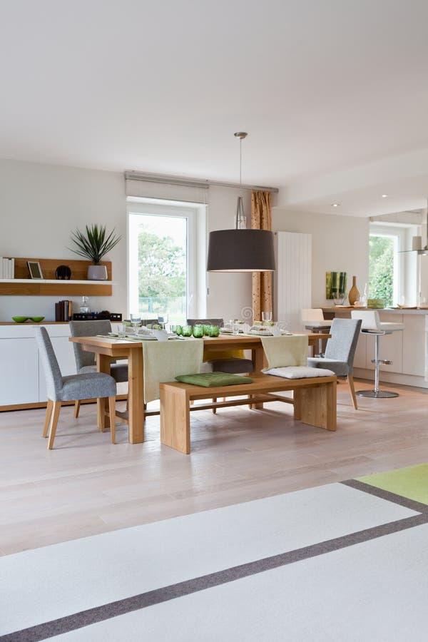 Interior da cozinha moderna da casa foto de stock