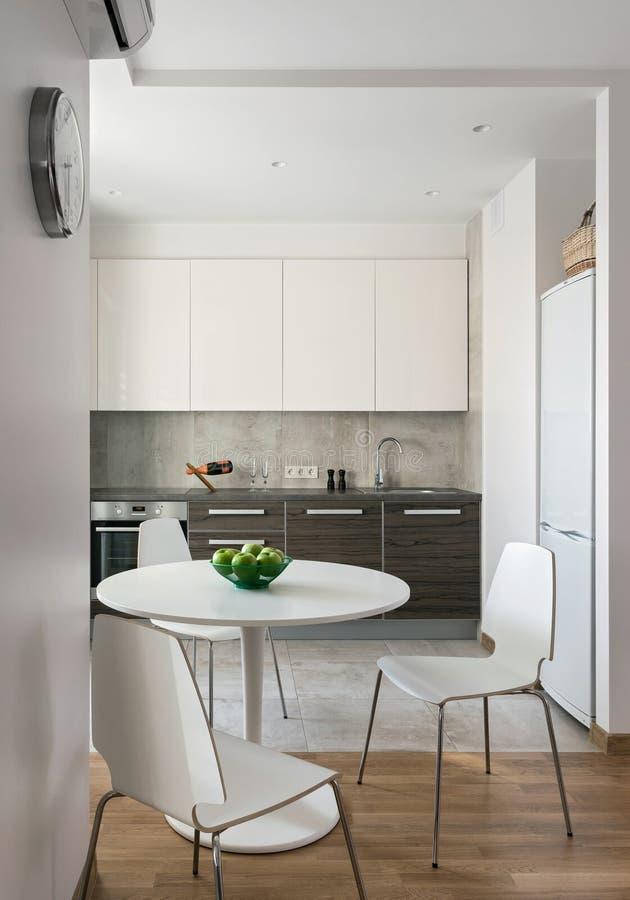 Interior da cozinha moderna no apartamento escandinavo imagem de stock royalty free