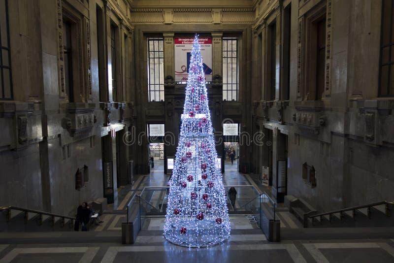 Interior da estação central em Milão, Itália imagens de stock