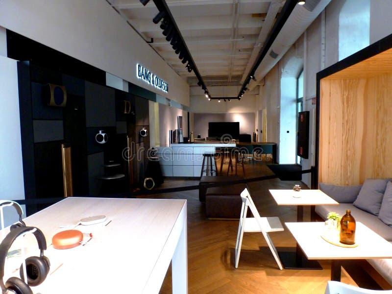 Interior da exposição do tipo com tabela de madeira e eletrônica nos lados fotografia de stock