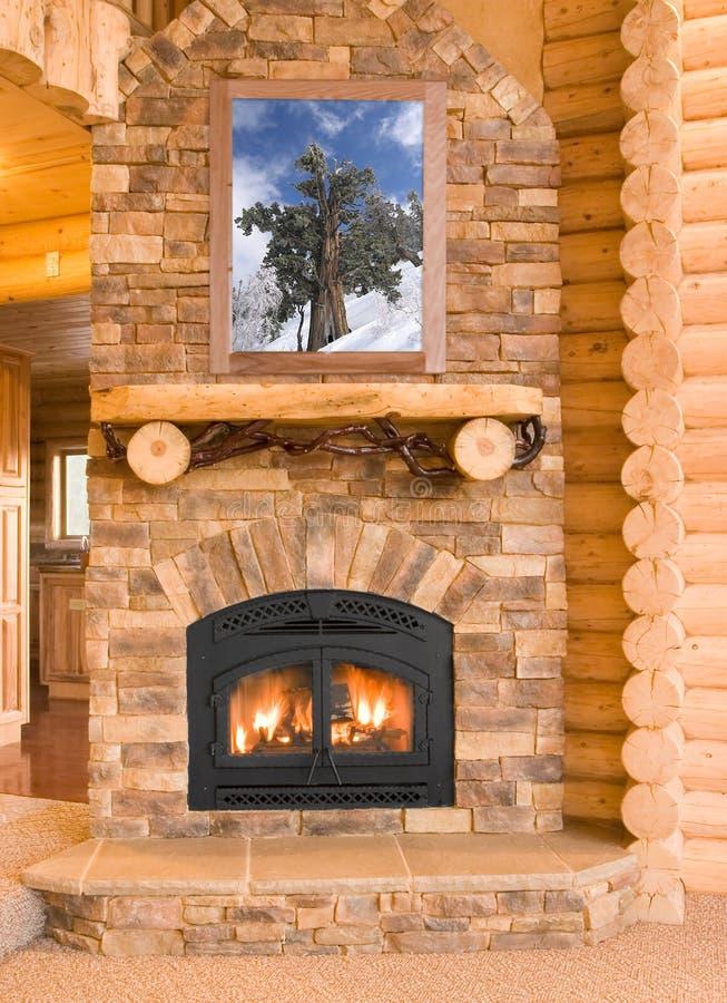 Interior da HOME da cabine de registro com a chaminé morna com madeira, flamas, a fotografia de stock
