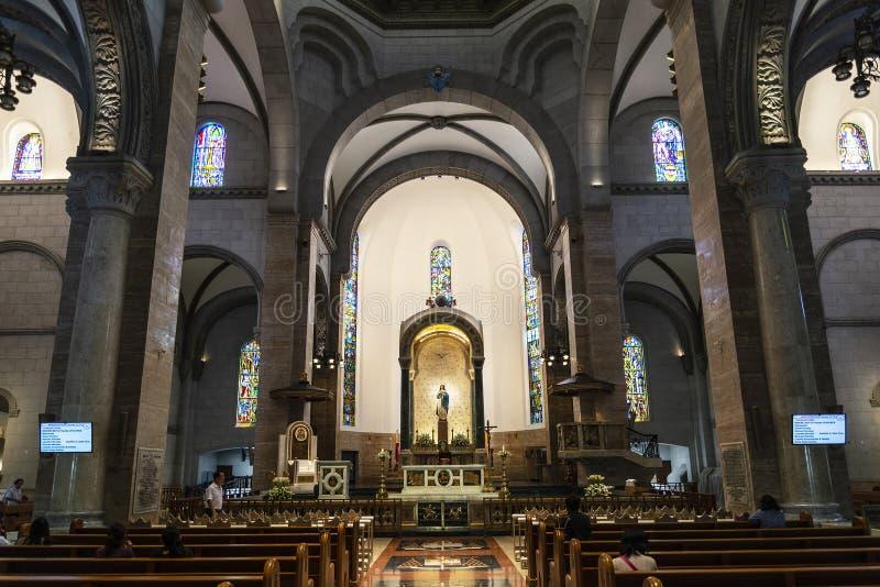 Interior da igreja católica da catedral de manila do marco no philipp foto de stock