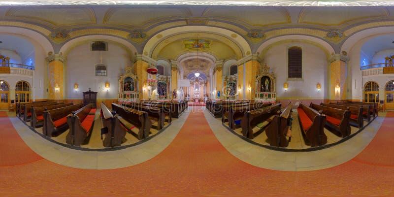Interior da igreja Católica de St Peter em Gherla, Romênia fotos de stock