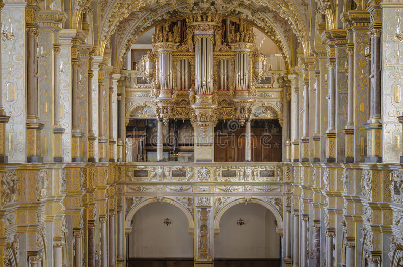 Interior da igreja com órgão fotos de stock royalty free
