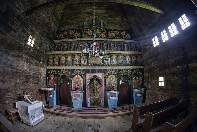 Interior da igreja de madeira na vila Zboj, Eslováquia imagens de stock royalty free