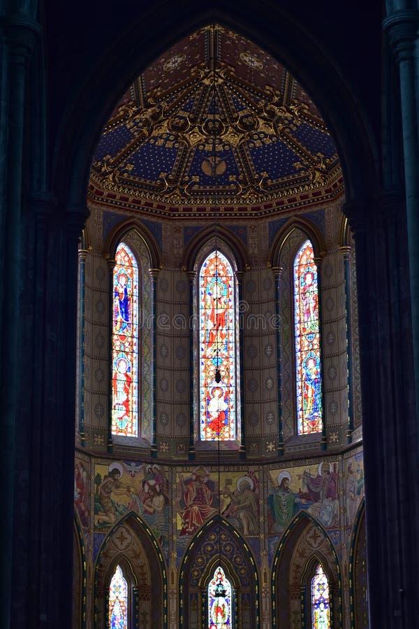 Interior da igreja de pedra gótico imagens de stock royalty free