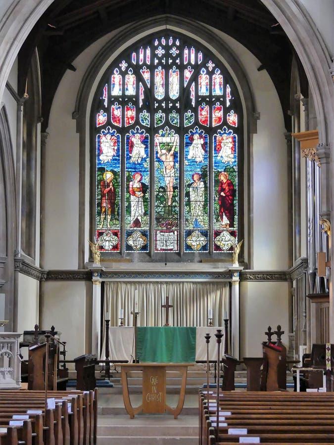 Interior da igreja de St Mary, Rickmansworth que inclui a janela de vitral imagem de stock royalty free